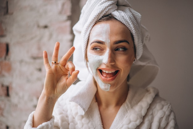 Retrato, de, um, mulher, com, um, máscara facial, metade, rosto Foto gratuita