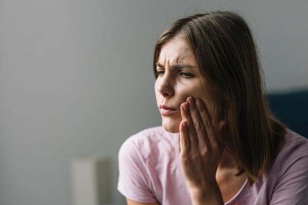 Retrato, de, um, mulher jovem, sofrimento, de, dor pescoço Foto gratuita