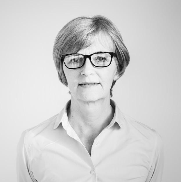 Retrato, de, um, mulher madura, com, óculos Foto gratuita