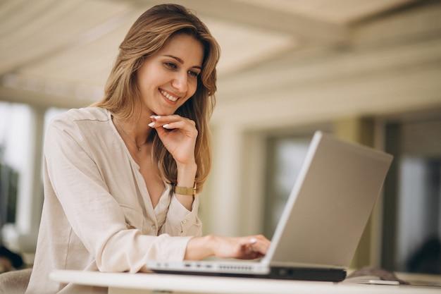 Retrato, de, um, mulher negócio, trabalhar, laptop Foto gratuita