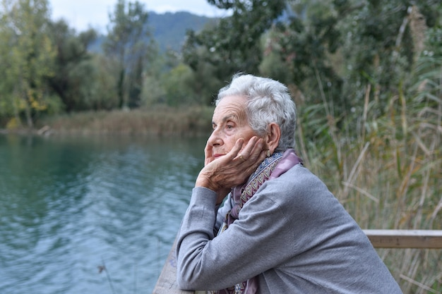 Retrato, de, um, mulher sênior, ligado, a, exterior Foto Premium
