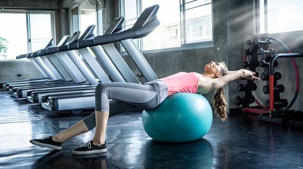 Retrato, de, um, mulheres, exercícios, com, bola, em, ginásio Foto Premium