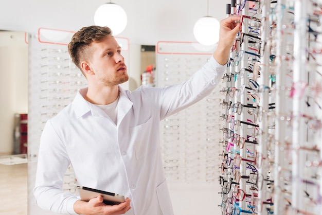 Retrato, de, um, optometrist masculino Foto gratuita