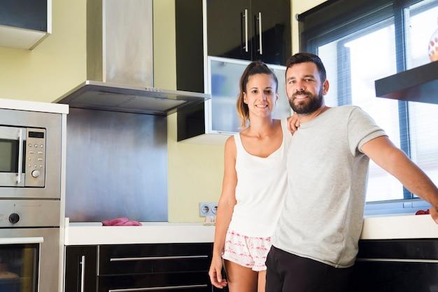 Retrato, de, um, par feliz, ficar, em, cozinha Foto gratuita