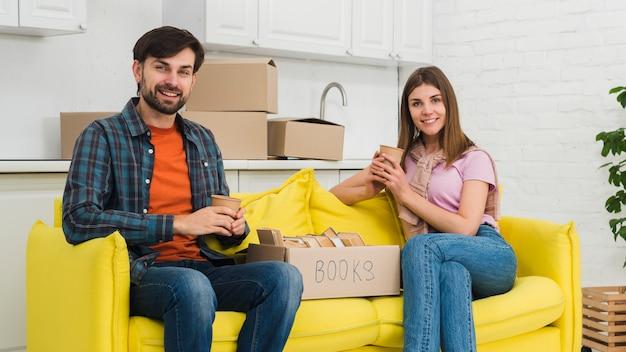 Retrato, de, um, par jovem, relaxante, em, seu, casa nova Foto gratuita