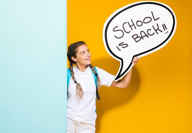 Retrato, de, um, schoolgirl, com, bolha fala Foto gratuita