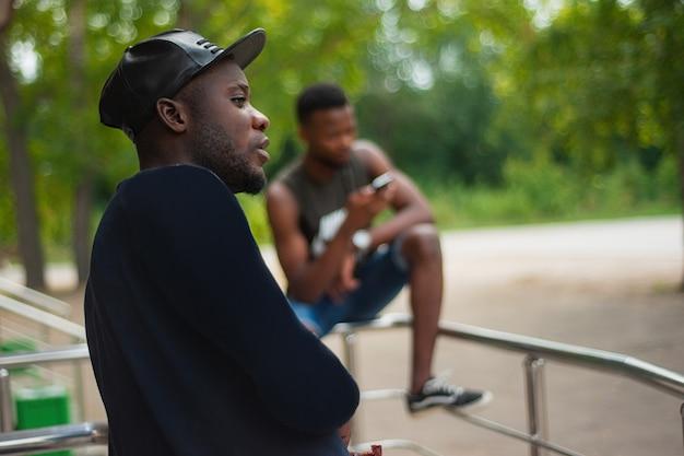 Retrato, de, um, sério, africano-americano, homens, rua, em, pôr do sol Foto Premium