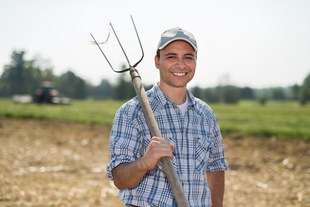 Retrato, de, um, sorrindo, agricultor, em, seu, campo Foto Premium
