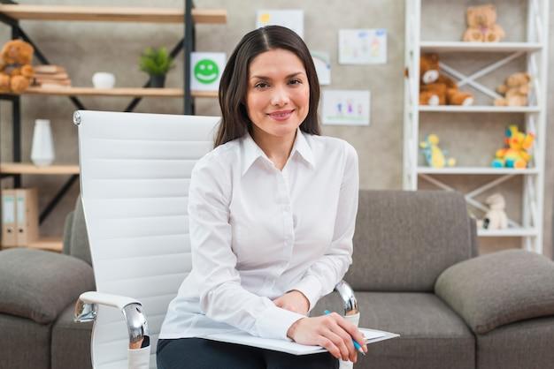Retrato, de, um, sorrindo, femininas, psicólogo, em, dela, escritório Foto Premium