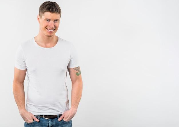 Retrato, de, um, sorrindo, homem jovem, isolado, contra, fundo branco Foto gratuita