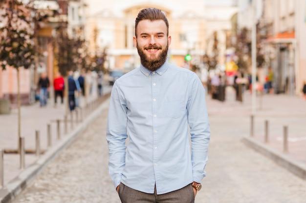 Retrato, de, um, sorrindo, homem jovem Foto gratuita