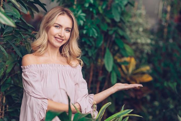Retrato, de, um, sorrindo, loiro, mulher jovem, ficar, em, a, jardim, apresentando Foto gratuita