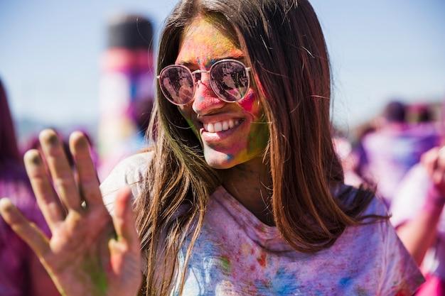 Retrato, de, um, sorrindo, mulher jovem, desfrutando, em, a, holi Foto gratuita
