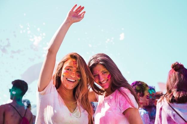 Retrato, de, um, sorrindo, mulheres jovens, desfrutando, a, holi, festival Foto gratuita