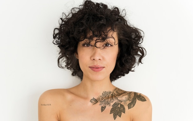 Retrato, de, um, tattoed, mulher Foto Premium