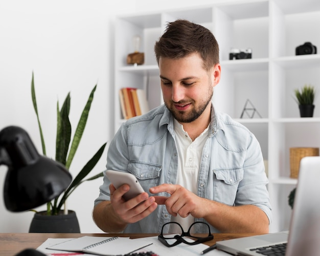 Retrato de um telefone celular masculino casual Foto gratuita