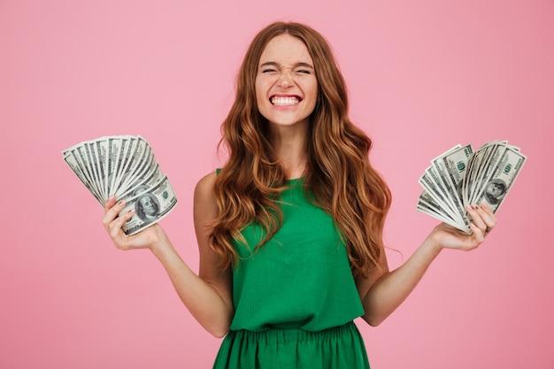 Retrato de um vencedor de mulher feliz satisfeito com cabelos longos Foto gratuita
