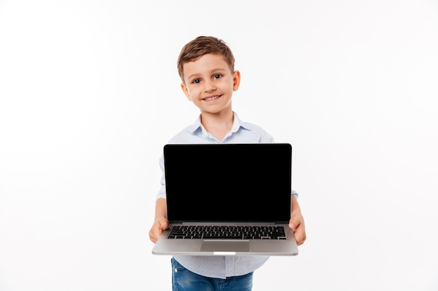 Retrato de uma alegre criança bonitinha Foto gratuita