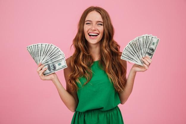 Retrato de uma alegre mulher feliz com cabelos longos Foto gratuita