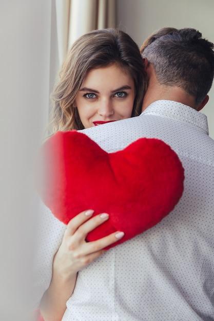 Retrato de uma bela jovem segurando o namorado Foto gratuita