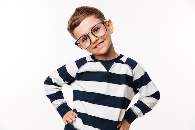 Retrato de uma criança bonitinha feliz em óculos Foto gratuita
