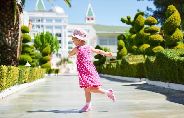 Retrato de uma criança feliz usando óculos escuros ao ar livre em dia de verão. hotel de luxo amara dolce vita. recorrer. tekirova-kemer. peru. Foto gratuita