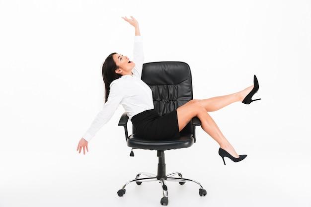 Retrato de uma empresária asiática alegre em óculos Foto gratuita