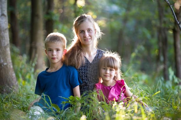 Retrato de uma família outsine na floresta verde Foto Premium