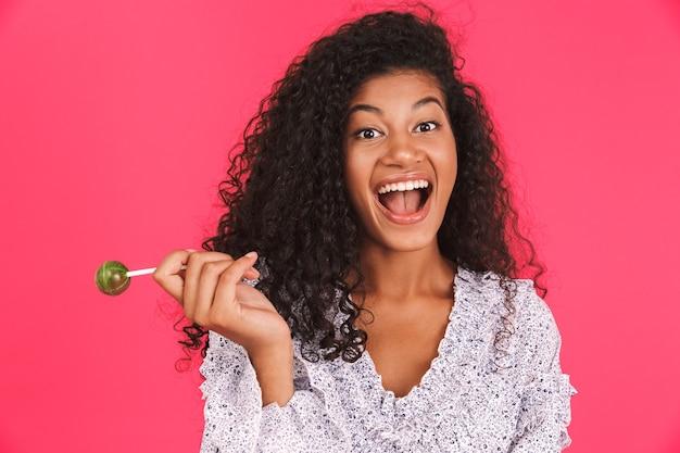Retrato de uma jovem africana feliz Foto Premium
