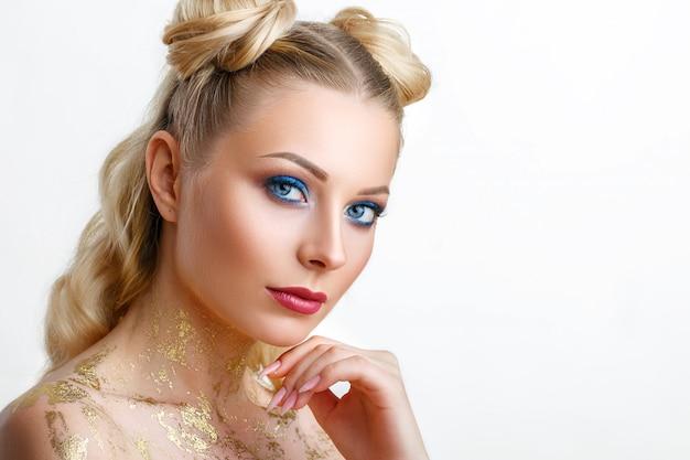 Retrato de uma jovem bonita com beleza de maquiagem profissional e moda, cosmética e spa. Foto Premium