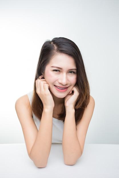 Retrato de uma jovem bonita sorrindo com maquiagem natural. skincare, cuidados de saúde Foto Premium