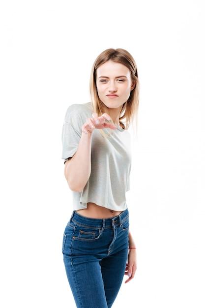 Retrato de uma jovem casual, fazendo gesto de garra de gato Foto gratuita
