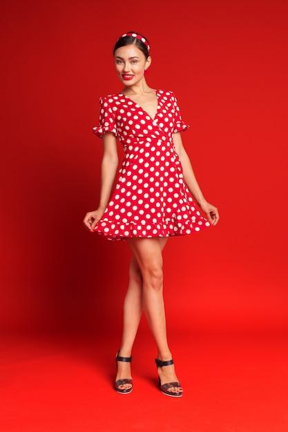 Retrato de uma jovem emocional engraçada. estilo pin-up. Foto Premium