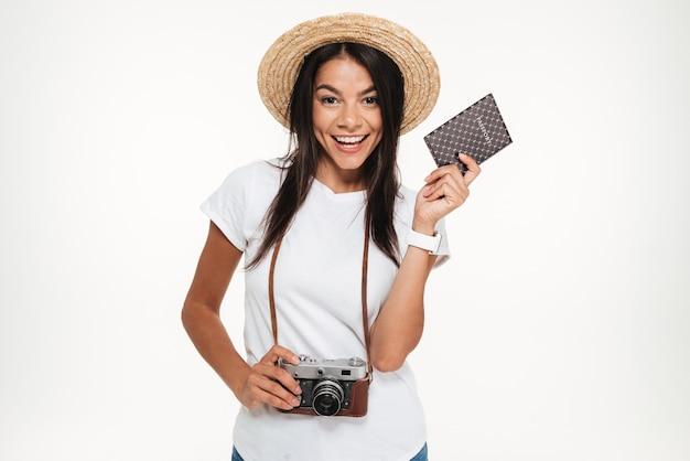 Retrato de uma jovem feliz no chapéu segurando a câmera Foto gratuita