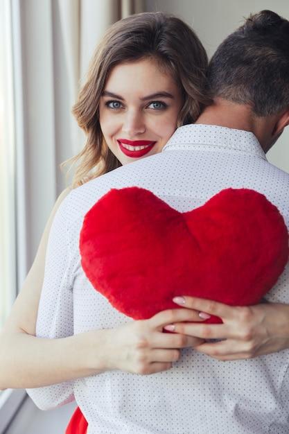 Retrato de uma jovem feliz, segurando o namorado Foto gratuita