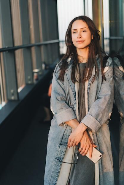 Retrato de uma jovem garota atraente emocional vestido com um casaco de ganga azul na moda Foto gratuita