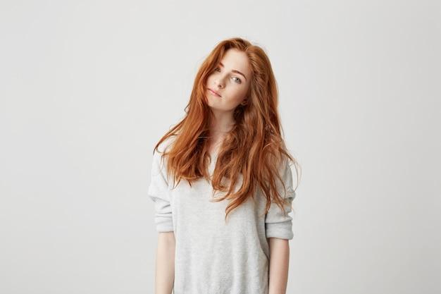 Retrato de uma jovem garota bonita com cabelo sexy bonito. Foto gratuita