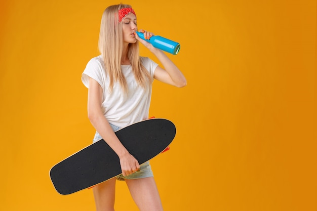 Retrato de uma jovem garota de short curto com longboard Foto Premium