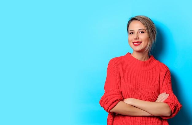 Retrato de uma jovem garota de suéter vermelho Foto Premium