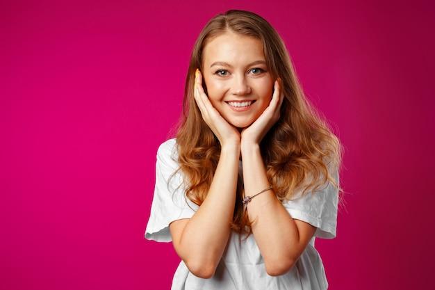 Retrato de uma jovem linda mulher feliz sorrindo Foto Premium