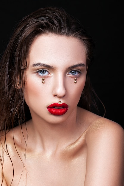 Retrato de uma jovem muito bonita com maquiagem criativa Foto Premium