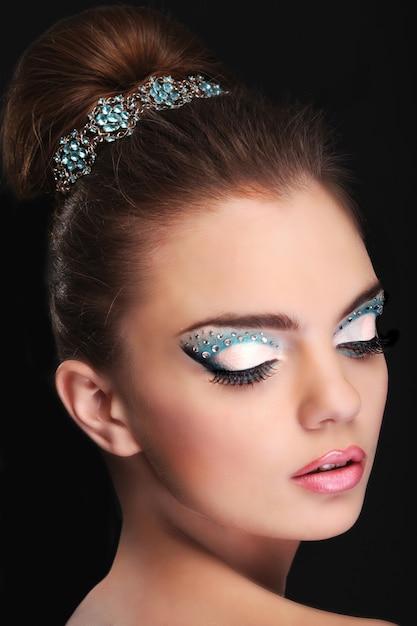 Retrato de uma jovem muito bonita com maquiagem moda Foto Premium