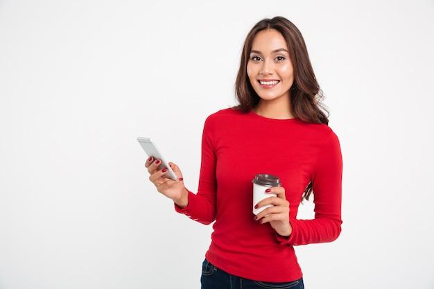 Retrato de uma jovem mulher asiática sorridente Foto gratuita