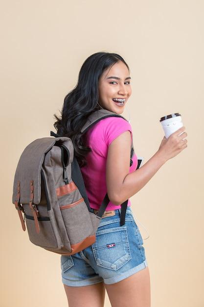 Retrato de uma jovem mulher atraente de viagens Foto gratuita