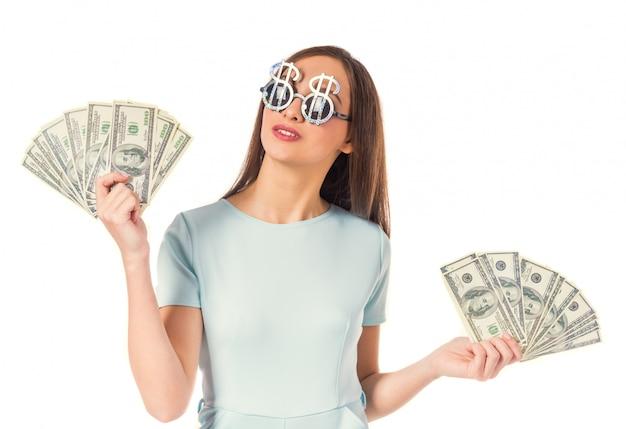 Retrato de uma jovem mulher bonita com um cache de dinheiro. Foto Premium