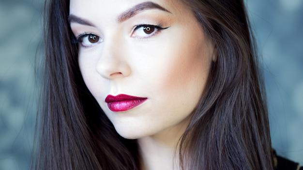Retrato de uma jovem mulher bonita Foto Premium