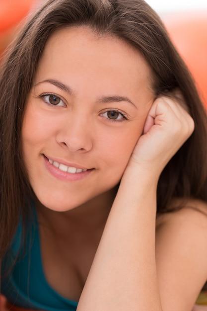 Retrato de uma jovem mulher bonita Foto gratuita
