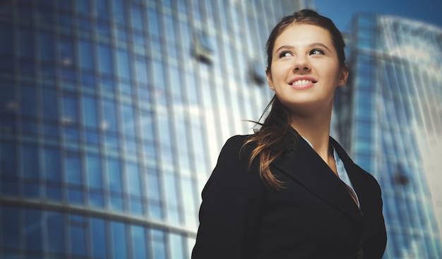 Retrato de uma jovem mulher de negócios sorridente Foto Premium