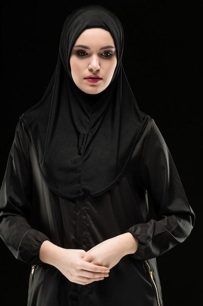 Retrato de uma jovem mulher muçulmana em roupas tradicionais Foto Premium