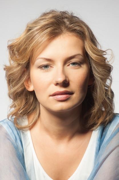 Retrato de uma jovem mulher. Foto Premium